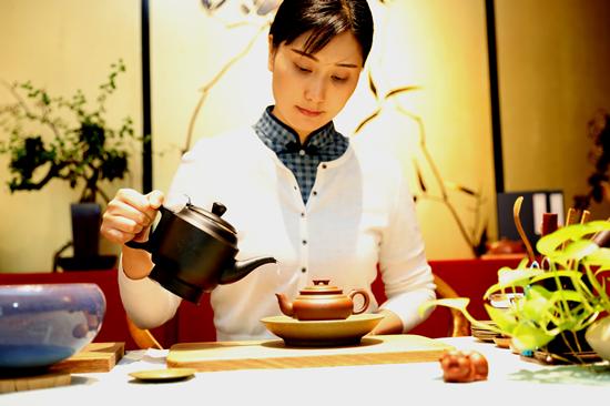 用茶壶嘴练习冲水才能使水流细而不断 林景余摄影_副本.png