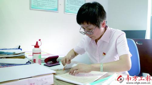邓兰雁正在整理退休人员档案 彭新启摄影副本.jpg